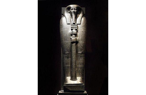 「イビの石製人型棺の蓋」。紀元前664〜610年ごろのもの