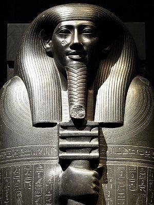 「イビの石製人型棺の蓋」のアップ