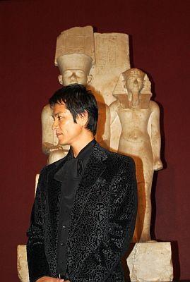 横顔がステキな沢村さん。その後ろに立っているのが、日本初来日のツタンカーメン像!