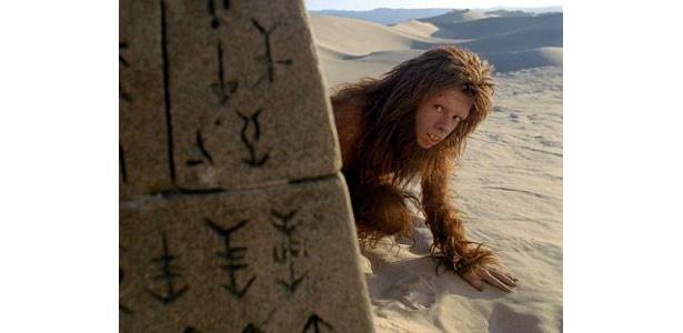 マーシャル博士とともに、奇妙な世界を旅する類人猿のチャカ