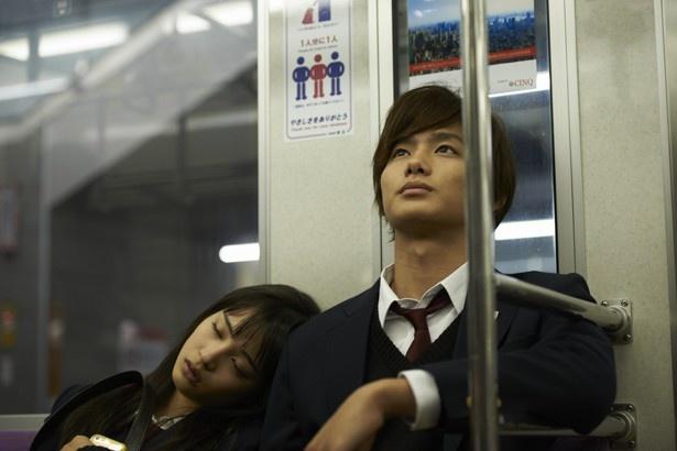 京王線の車内も登場。ことあるごとに寝てしまう千早の寝顔も必見