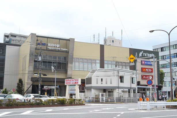「東府中駅」の北口。車通りの激しい旧甲州街道が走っている