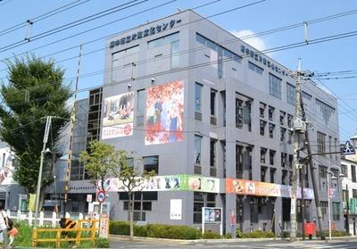建物の外壁がアニメのイラストでデコレーションされている(「片町文化センター」)