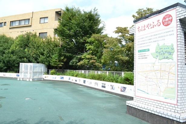 「片町文化センター」に隣接する広場にも、アニメの場面カットがズラリと貼られている