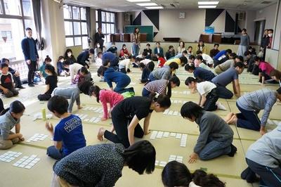 「府中白妙会」が「片町文化センター」の講堂に畳を敷き、初心者かるた大会を開催している時の様子