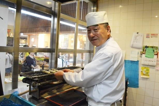 店内の厨房でお団子を焼いてくれたのは、この道50年の加藤清光さん。気さくでユーモアあふれる人柄が素敵(「菓子の青木屋 府中けやき並木通り店」)