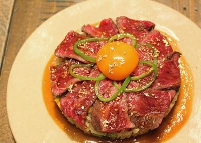 トロトロの卵黄が濃厚ゴマソースと牛肉に絡み、えも言われぬおいしさ