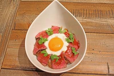 酸味の効いたマッシュソースに、「黄金の味」のコクがマッチ!「黄金の和牛ローストもも肉ごはん」(1200円)
