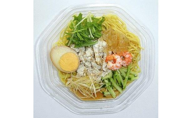 蒸し鶏・中華くらげ・煮玉子など豪華な具材をトッピングした「棒々鶏涼麺」(498円)は江山楼が監修