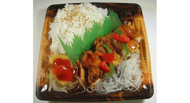 青龍とコラボした「油淋鶏弁当」(480円)。ジューシーな油淋鶏に、醤油・胡麻油・酢などで味付けしたピリ辛タレがかかる