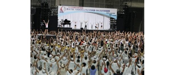 8000人が一斉にラジオ体操を行う様子は圧巻の一言!
