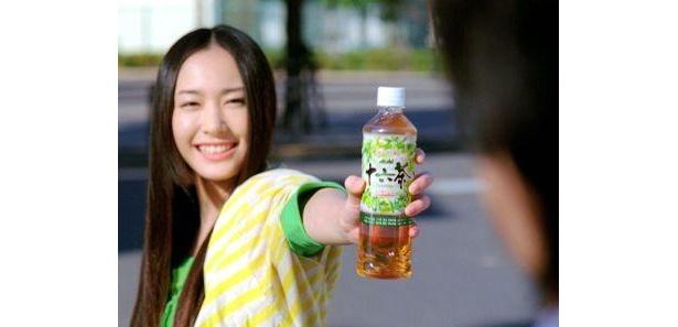 新垣結衣さんが「はい、十六茶!」と笑顔で商品を渡す「朝、出勤」篇