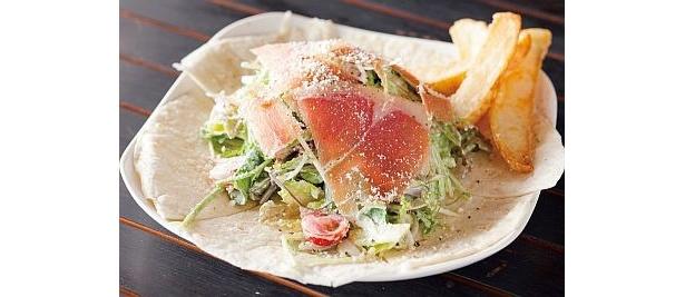 「音霊 OTODAMA SEA STUDIO 2009」の湘南野菜と生ハムのサラダPIZZAは、地場産野菜をたっぷり使ったヘルシーピザ