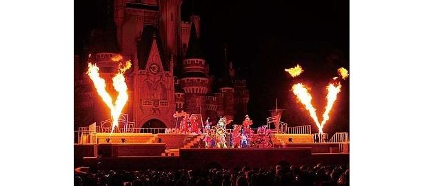 ミッキーたちのクールなダンスに、ファイアーモンスターが大興奮。ついに舞台から炎が…!