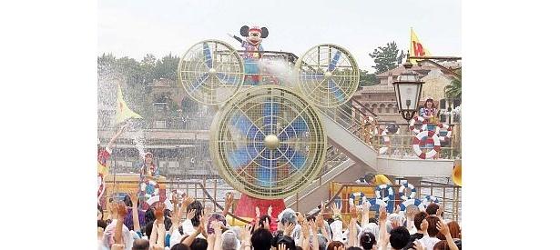 ミッキー&グーフィーの散水船が初お目見え! ミッキー形巨大ファンを使って水を吹き飛ばす作戦