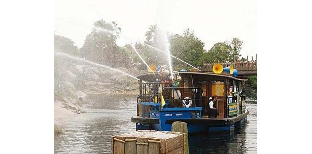 メディテレーニアンハーバーをスタートし、パーク中の水域を一周。チップ&デールの船+グーフィーのボートにミッキーも乗り込んで2隻で巡る