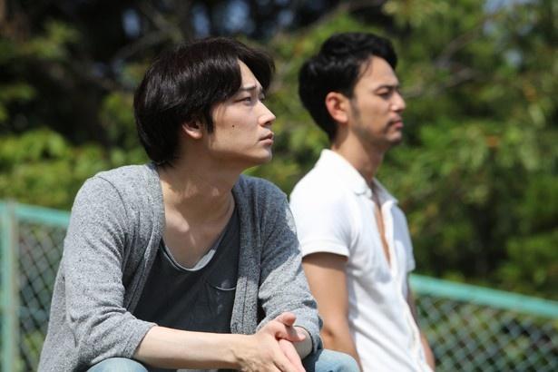 日本を代表する俳優たちが体当たりの演技を披露しているが、中でも妻夫木聡と綾野剛がゲイのカップルを演じていることが話題に。予告編では2人のキスシーンや裸で