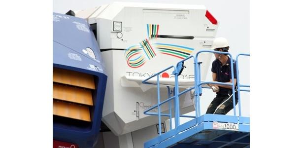 左肩にオリンピック招致ロゴが付いた、実物大ガンダム立像