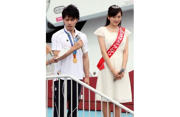 セレモニーに登場した、アテネオリンピックの体操金メダリスト・塚原直也選手と、2009年度ミス日本グランプリの宮田麻里乃さん