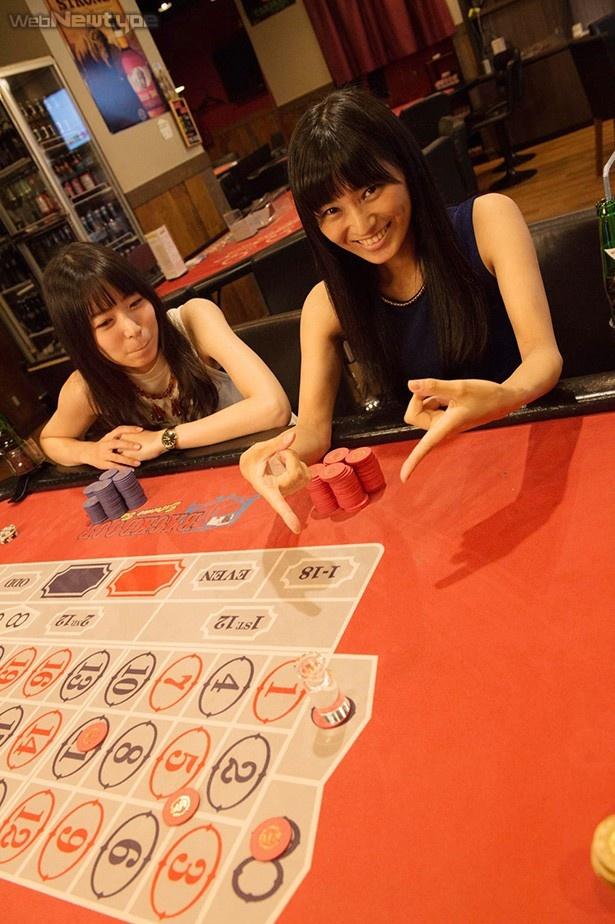 青木瑠璃子&七瀬亜深、ルーレットで赤黒ベット!