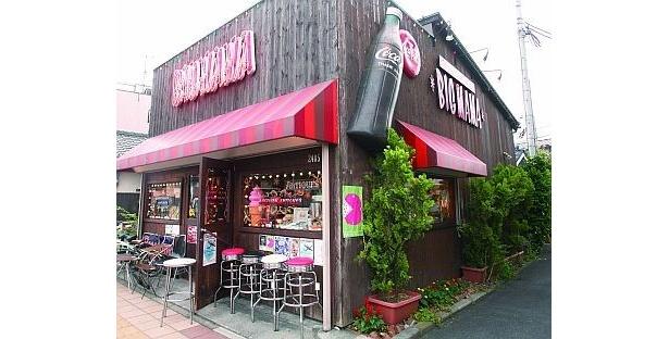 ¥100のマッチなどジャンクなものから35万円のレアなブリキ看板まで、約2000点が並ぶ「BIG MAMA」