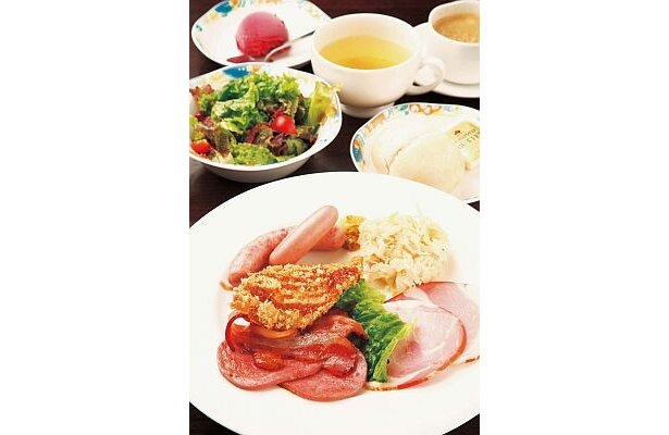 「シュトゥーベン・オータマ」の、TOKYO-Xランチ(¥1470)。霜降りのブランド豚TOKYO-Xを使った、ハムやベーコンなど7種が楽しめる