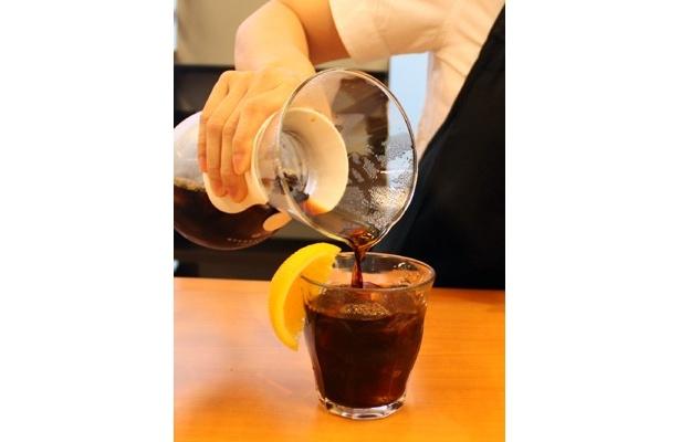 グラスにカットオレンジを添えれば、一層華やかに