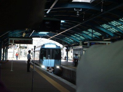 湘南の海の色をイメージした「クールビズ・トレイン」が、小田急・片瀬江ノ島駅に到着