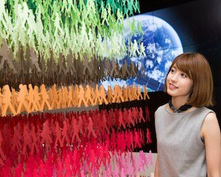 光を駆使したアートを手掛ける松尾高弘氏による本物の宇宙服を使ったオブジェ「BLUE ORBITS」