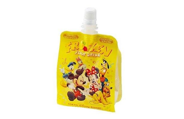 持ち運びに便利なパックがうれしいフローズンゼリードリンク(パイナップル&アップル、¥320)は東京ディズニーランドのアイスクリームコーンで販売