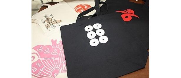 旗印や家紋などをモチーフにしたトートバッグは1890円から