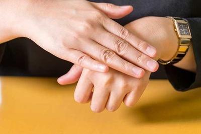 貼った後にも優しくパッドを押さえることでより肌に密着してはがれにくくなる