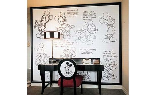 """ミッキーのさまざまなポーズがスケッチされた""""モデルシート""""のパネルが壁に飾られている"""