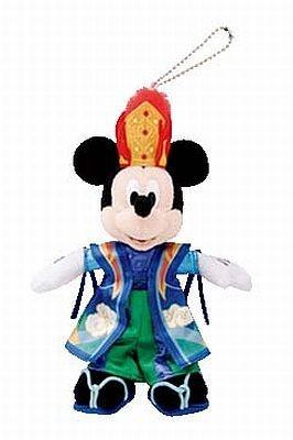 「ボンファイアーダンス」の衣装を着た、約20cmあるミッキーのぬいぐるみバッジ(¥1300)。ミニーもある
