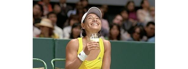 テニスをしながら!?気持ちよさそうにキリン フリーを飲むクルム伊達公子さん