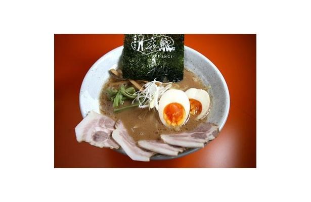 【極濃麺家初代 一本氣】「チャーシュー麺」(¥850)に「こだわり味玉」(¥100)をトッピング。味玉は「昔の味たまご」という銘柄卵を使用