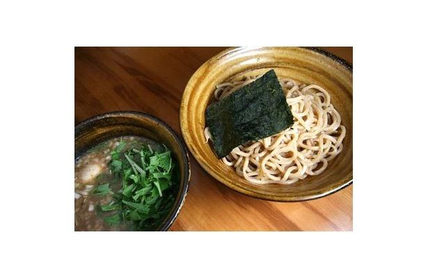【東高円寺 麺屋 えん寺】「味玉入りつけ麺」(¥890)のど越し豊かなコシの強い太麺に負けないインパクトとまろやかさが共存するつけ汁