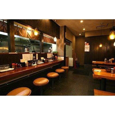 【東高円寺 麺屋 えん寺】ブラウンの木目が生きる清潔な店内はカウンターのほか、ゆったりとしたテーブル席もあり、家族連れでも楽しめる