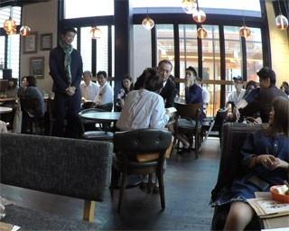 レストランの客席をそのまま舞台セットとして使用