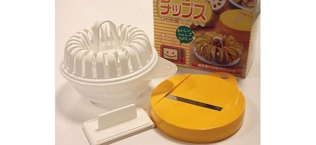 """「チンしてチップス」(¥1470)。じゃがいもを専用のスライサーで薄くスライスしたら""""チン""""するだけでポテチに。油を使わないからヘルシー"""
