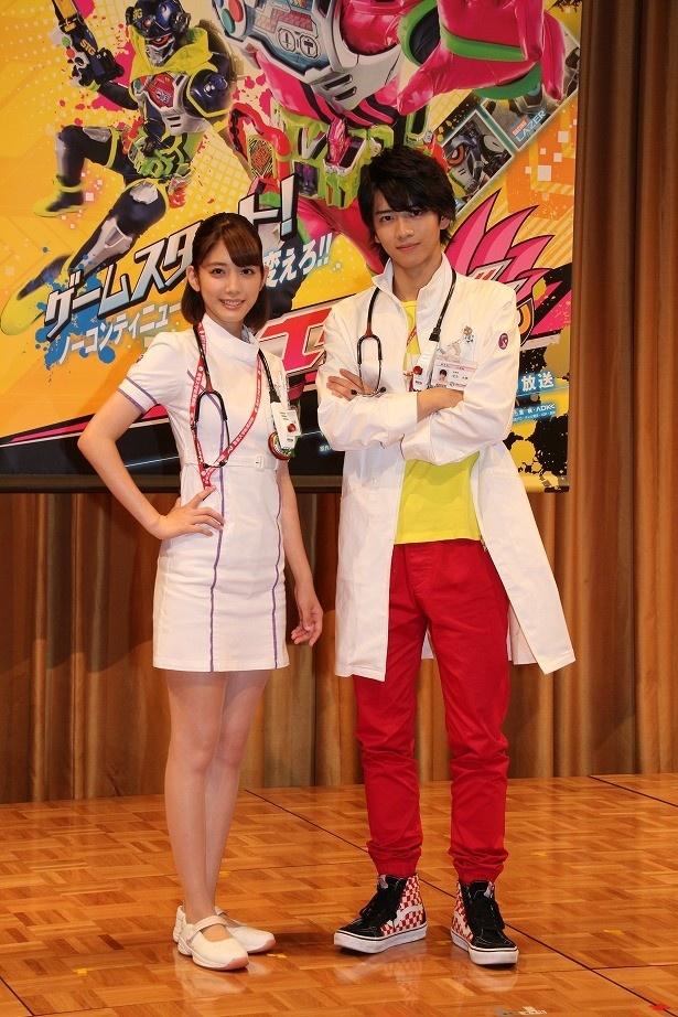 「仮面ライダーエグゼイド」主演の飯島寛騎(右)とヒロインの松田るか(左)