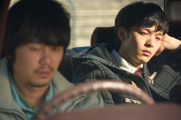母の死を探るため、中村倫也演じる主人公が新井浩文演じる兄を訪ねる