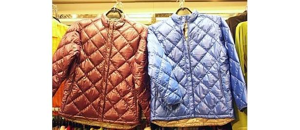 mont-bellの、カラフルなダウンインナージャケット(¥12,600)は小さな収納袋が付いていて丸めて入れられる。軽量で持ち運びにもいい