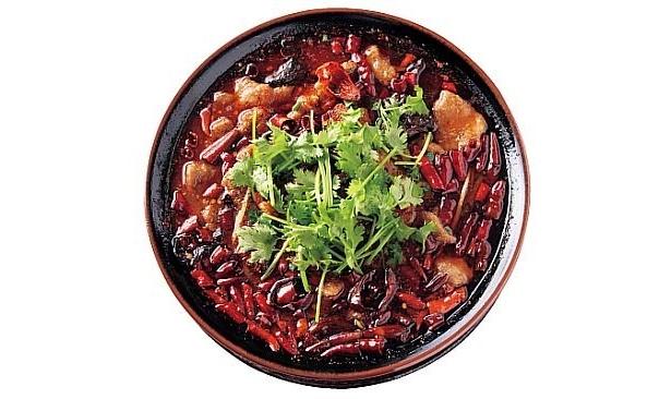 【5辛】唐辛子満載! 杜記別館の「本場四川牛肉煮込み」。春雨やキクラゲ、香菜、大豆モヤシがアクセントになり辛いが食べやすい