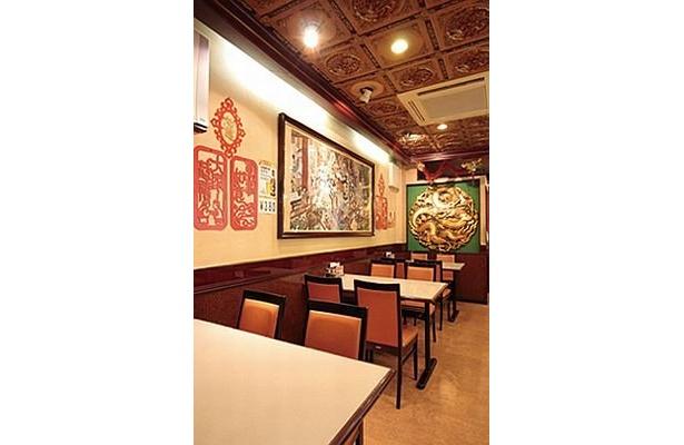 明蘭餐庁の店内。地元常連客に愛される四川料理は、日本人の好みを知り尽くした味