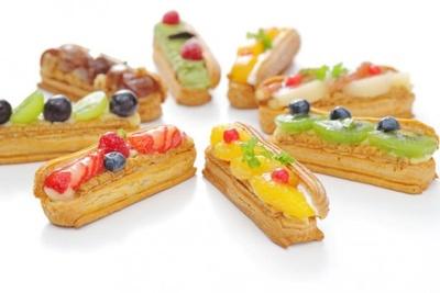 スイーツと雑貨の「ドルチェフェリーチェ レガロ」には、カラフルで美味しそうなエクレアや焼き菓子が並ぶ