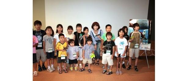集まった子どもたちと楽しく記念撮影