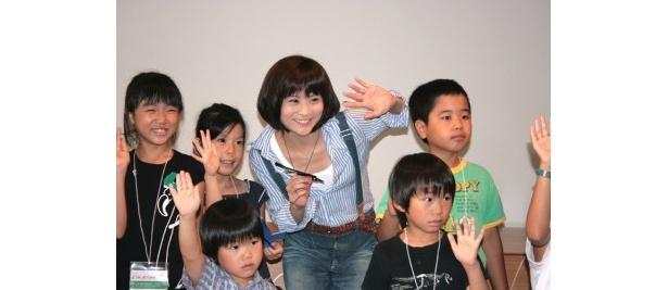 マスコミのカメラにも慣れたようで満面の笑みを見せる前田愛さんと子どもたち