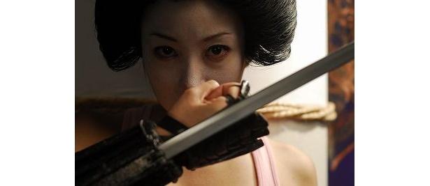 刀で敵を迎え討つ