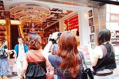 太郎をひと目見ようと、多くの観光客が訪れ写真を撮っている